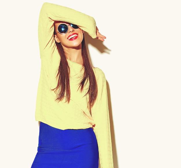 Mooi blij schattig lachende brunette vrouw meisje in casual kleding