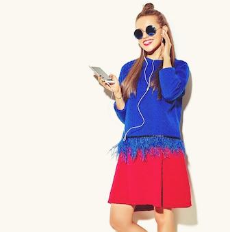 Mooi blij schattig lachende sexy brunette vrouw meisje in casual kleurrijke zomer kleding met rode lippen