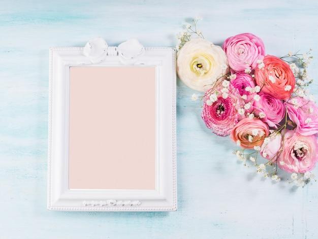 Mooi bloembakboeket op turkoois