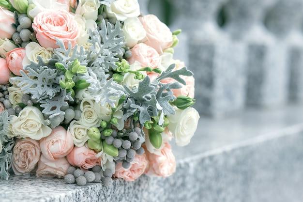 Mooi bloemboeket op een betonnen hek Premium Foto