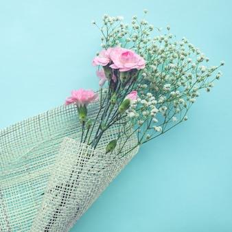 Mooi bloemboeket op witte achtergrond.