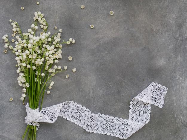 Mooi bloemenkader met lelietje-van-dalenbloemen op een donkergrijze achtergrond