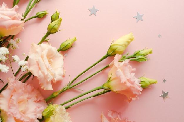 Mooi bloemstuk. boeket van bloesem roze eustoma lisianthus. bloemen levering concept. 8 maart, verjaardagskaartsjabloon. selectieve aandacht. decoratie-element.