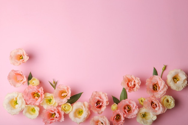 Mooi bloemstuk op een gekleurde achtergrond met plaats voor tekst
