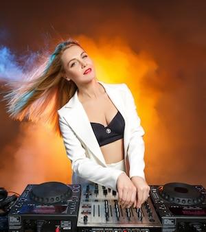 Mooi blond dj-meisje op dekken - het feest,