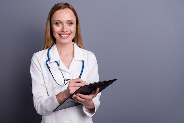 Mooi blond meisje doc specialist therapeut medische formulier invullen