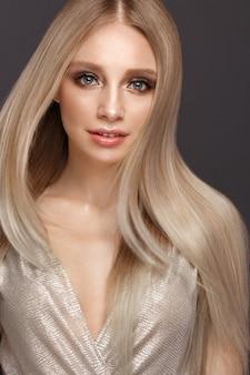 Mooi blond meisje in beweging met perfect glad haar en klassieke make-up