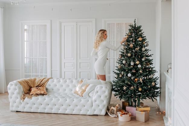Mooi blond meisje in een gezellige woonkamer thuis