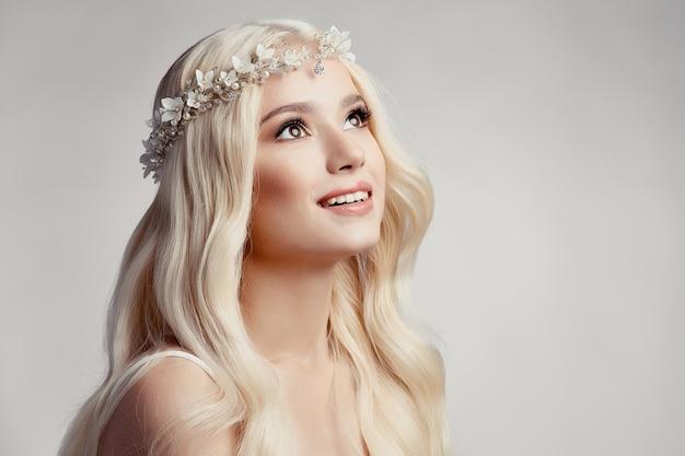 Mooi blond meisje met tiara Premium Foto