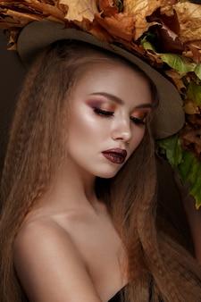 Mooi blond model in de herfsthoed