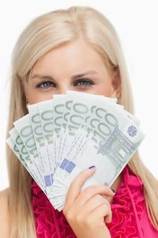 Mooi blonde die 100 euro bankbiljetten houden