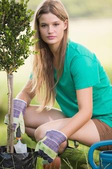 Mooi blonde tuinierend voor haar gemeenschap