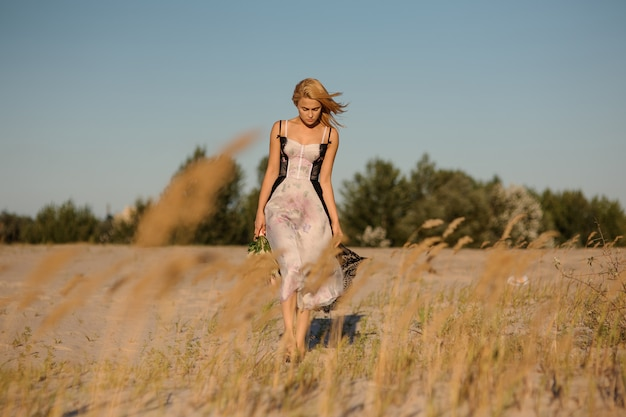 Mooi blondemeisje in een lingerie op het gebied