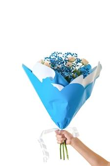 Mooi boeket bloemen in de hand geïsoleerd op een witte achtergrond. een cadeau voor een vrouw. vakantie. ruimte voor uw tekst.