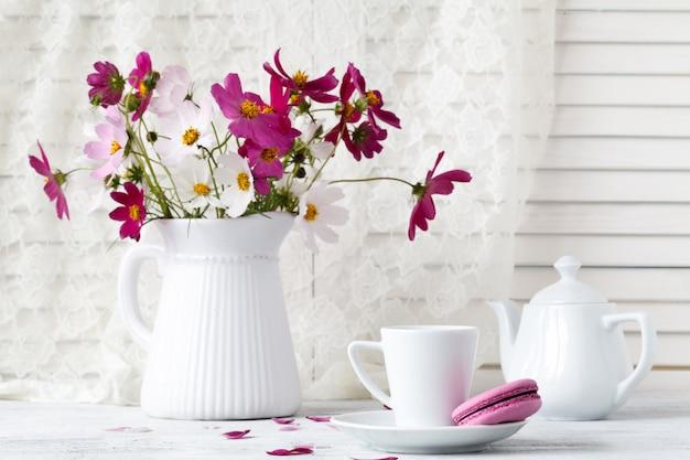 Mooi boeket bloemen in vaas op tafel
