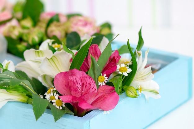 Mooi boeket bloemen ingericht door een bloemist in een houten kist
