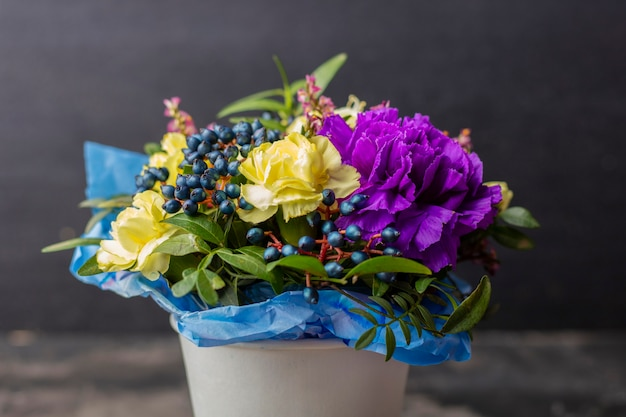 Mooi boeket bloemen op een donkere ondergrond