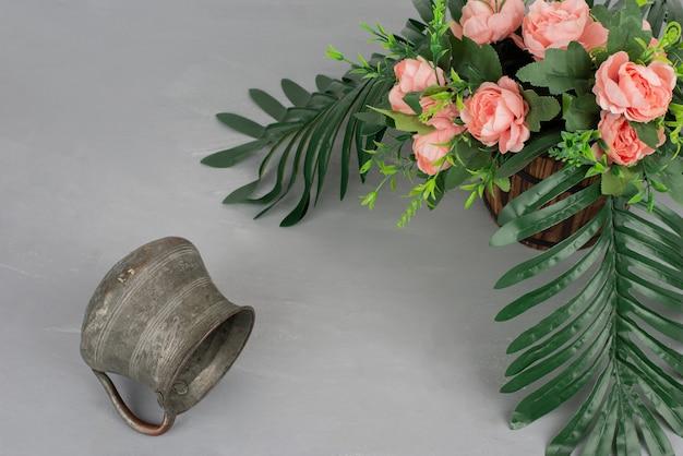 Mooi boeket bloemen op grijze tafel.