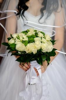 Mooi boeket in de handen van de bruid