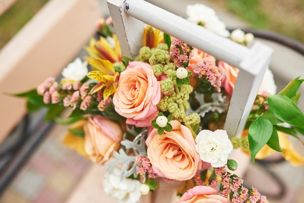 Mooi boeket in een vaas bloemendecoratie in huwelijksceremonie.