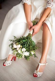 Mooi boeket in lichte kleuren in de handen van de bruid
