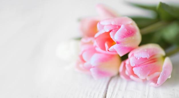 Mooi boeket met pinr tulpen van dichtbij