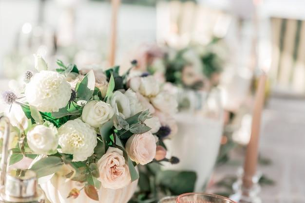 Mooi boeket op de bruiloftstafel