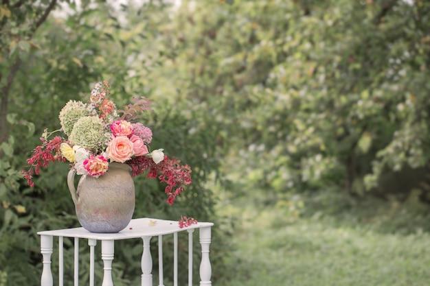 Mooi boeket op houten plank in tuin