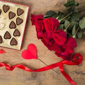 Mooi boeket rozen en chocolade
