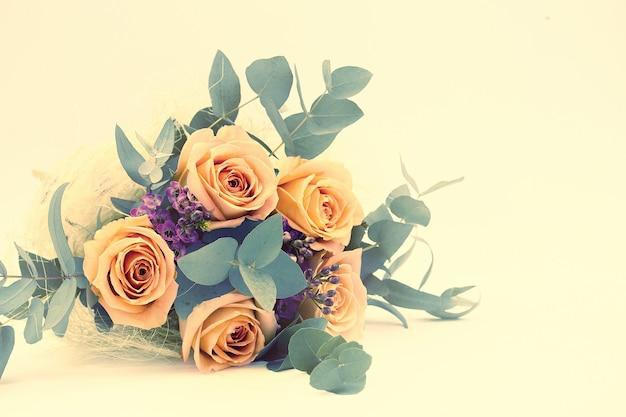 Mooi boeket rozen op een lichte achtergrond