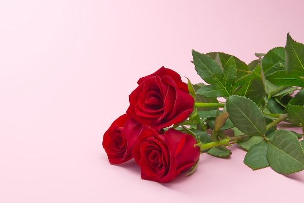 Mooi boeket rozen op roze achtergrond. het concept van valentijnsdag, moederdag, 8 maart.