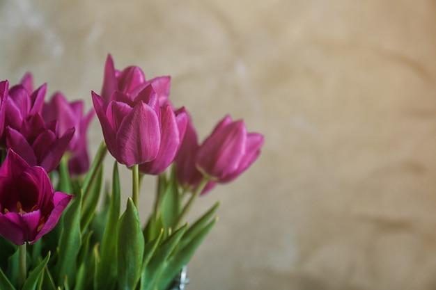 Mooi boeket tulpen op wazig
