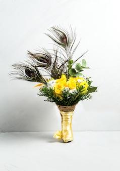 Mooi boeket van gele rozen pauwenveren