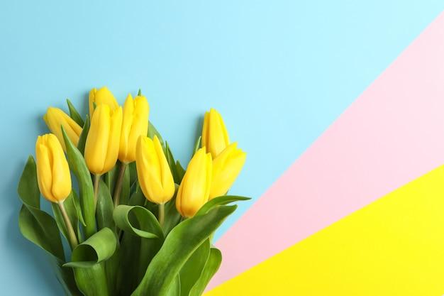 Mooi boeket van gele tulpen op kleur, bovenaanzicht. ruimte voor tekst