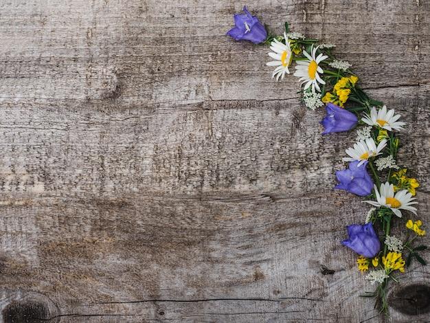 Mooi boeket van heldere bloemen, bovenaanzicht