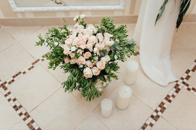 Mooi boeket van heldere bloemen in de mand