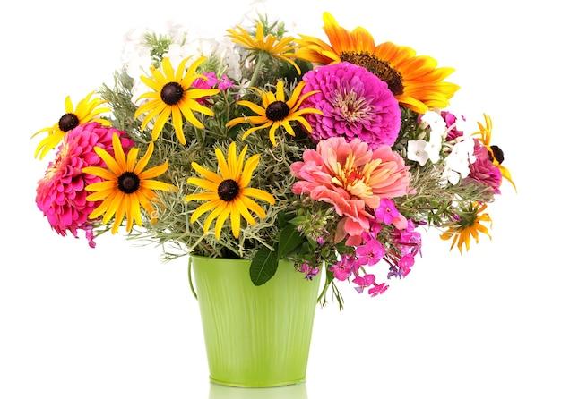 Mooi boeket van heldere bloemen in emmer geïsoleerd op wit
