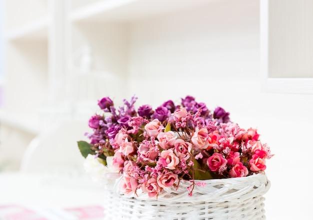 Mooi boeket van heldere bloemen in mand