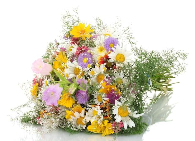 Mooi boeket van heldere wilde bloemen, geïsoleerd op wit