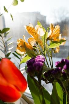 Mooi boeket van lentebloemen, selectieve aandacht. tulpen, lelie, lila veldplant. verticale foto
