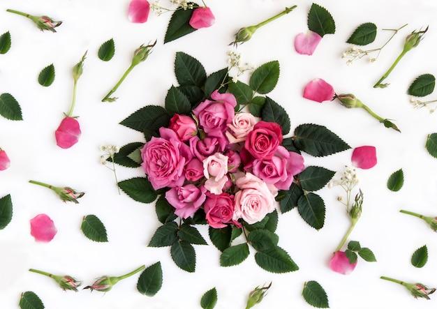 Mooi boeket van natuurlijke rozen geïsoleerd