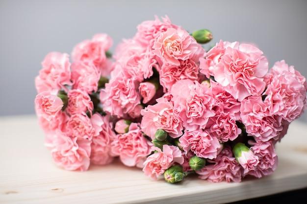 Mooi boeket van prachtige bloemen. het werk van de bloemist. bloemen levering.