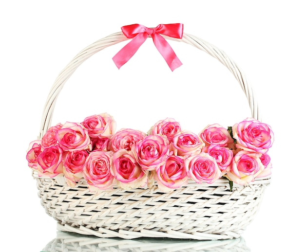Mooi boeket van roze rozen in mand, geïsoleerd op wit