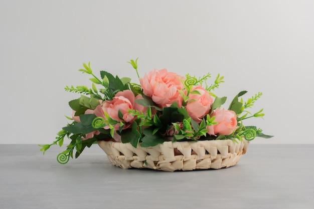 Mooi boeket van roze rozen op grijze tafel