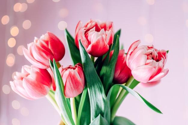 Mooi boeket van roze tulpen op wazig licht