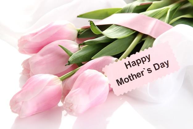 Mooi boeket van roze tulpen voor moederdag, geïsoleerd op wit