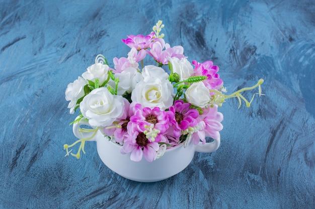 Mooi boeket van verschillende soorten bloemen op blauw.