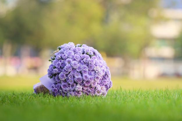 Mooi boeket van violette bloemen op het groene gras.