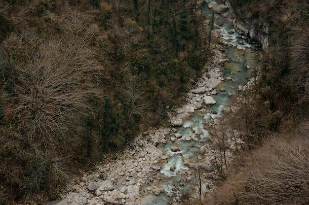 Mooi bovenaanzicht van azuurblauwe bos rivier stroomt tussen rotsen in martvili canyon