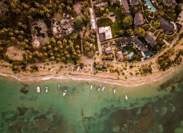 Mooi bovenaanzicht van huizen en kleine boten die dichtbij de kust worden geparkeerd